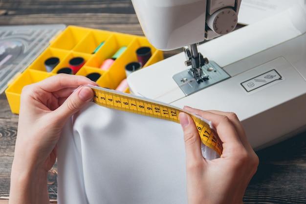 Belle jeune femme tailleur mesurant