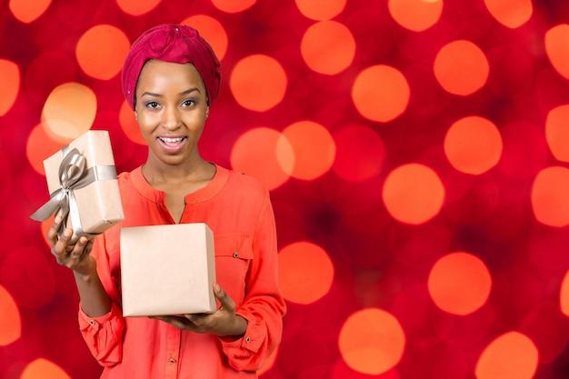 Belle jeune femme tenant un cadeau