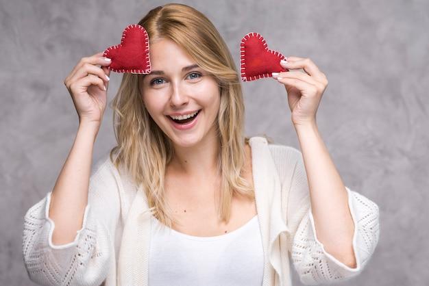 Belle jeune femme tenant des coeurs d'amour
