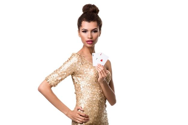 Belle jeune femme tenant deux as de cartes dans sa main isolated on white