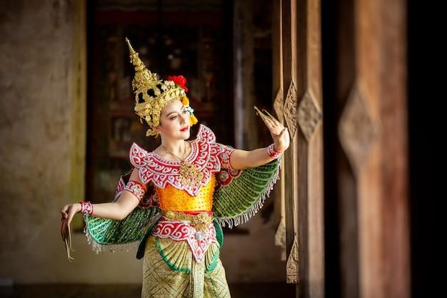 Belle jeune femme thaïlandaise portrait en costume traditionnel kinnaree art culture thaïlande danse