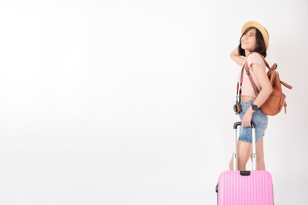 Belle jeune femme touriste asiatique heureuse sur mur blanc