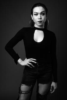 Belle jeune femme transgenre asiatique en noir et blanc