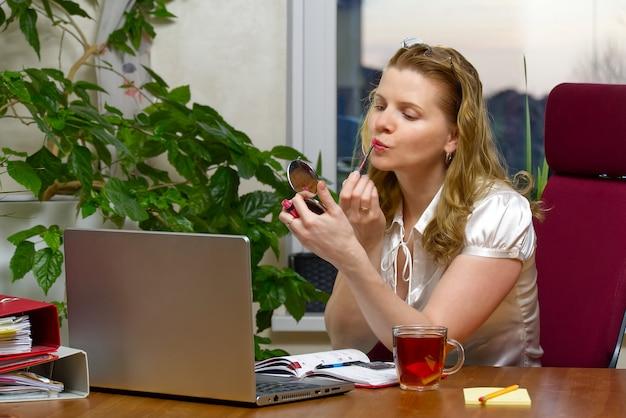 Belle jeune femme travaillant à domicile, comptable, centre d'appels. apprentissage à distance, travail à distance, bureau à domicile