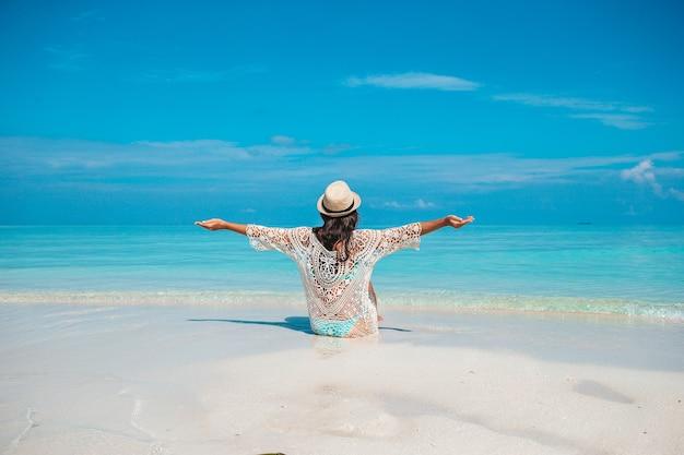 Belle jeune femme en vacances à la plage