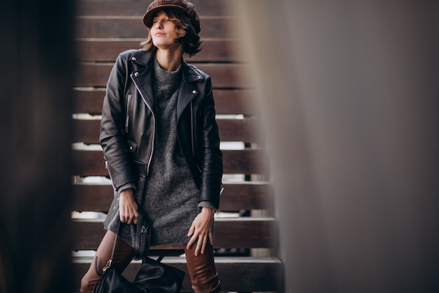Belle jeune femme en veste de cuir à l'extérieur de la rue