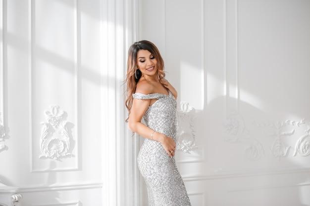 Belle jeune femme vêtue d'une robe élégante