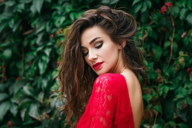 Belle jeune femme vêtue de rouge