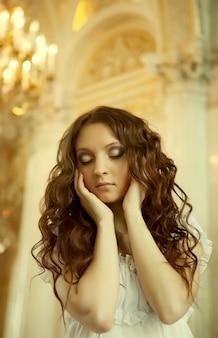 Belle jeune femme victorienne en robe blanche