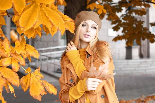 Belle jeune femme en ville le jour de l'automne