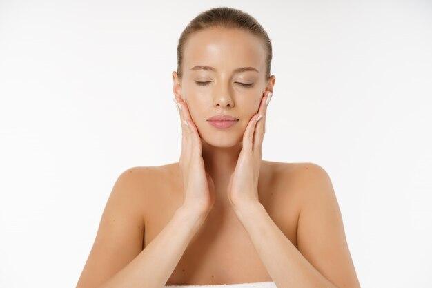 Belle jeune femme visage portrait beauté concept de soins de la peau. mannequin de beauté isolé sur blanc
