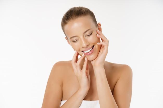 Belle jeune femme visage portrait beauté concept de soins de la peau.