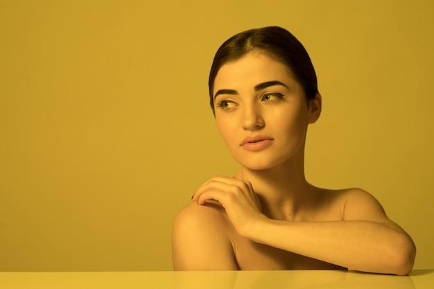 Belle jeune femme visage soins et soins de la peau