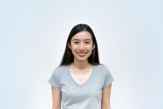 Belle jeune fille asiatique, femme souriante, portrait isolé