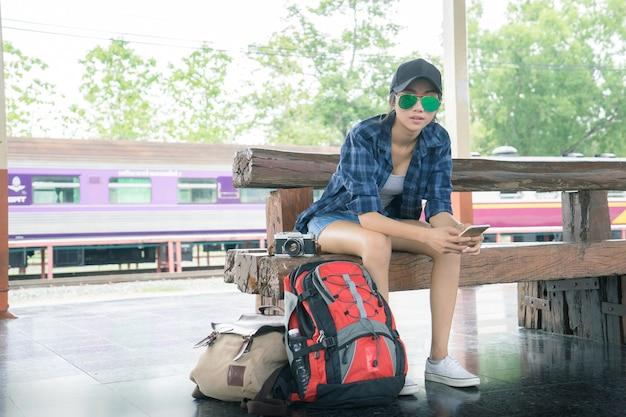 Belle jeune fille asiatique voyageant seul à la gare