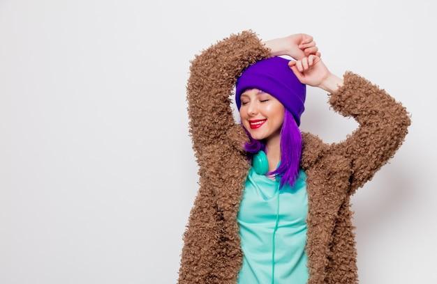 Belle jeune fille aux cheveux violets en veste