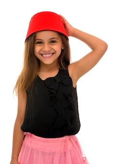 Belle jeune fille avec beau sourire portant un fès