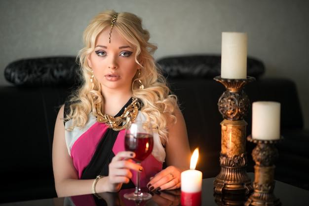 Belle jeune fille blonde sorcière boit