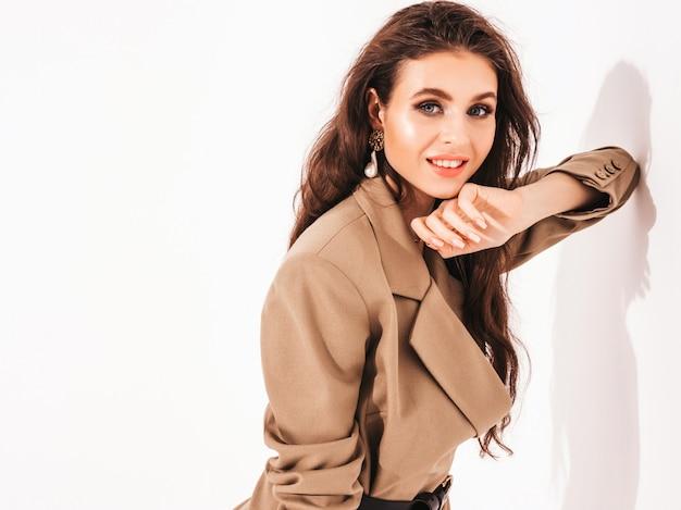 Belle jeune fille brune dans de beaux vêtements de costume d'été à la mode