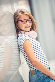 Belle jeune fille avec un casque d'écoute de la musique.