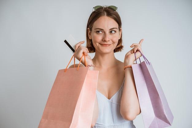 Belle jeune fille commerçante avec une carte de crédit
