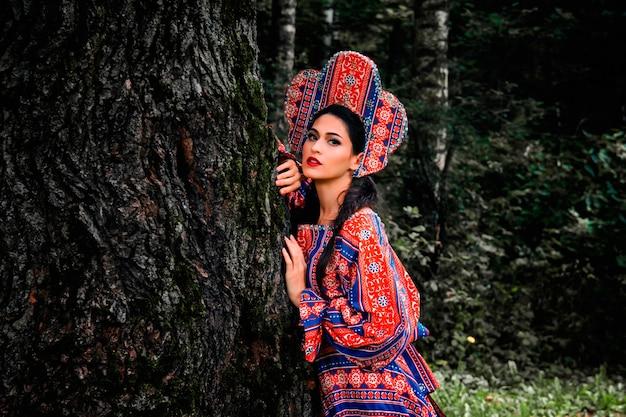 Belle jeune fille en costume folklorique russe
