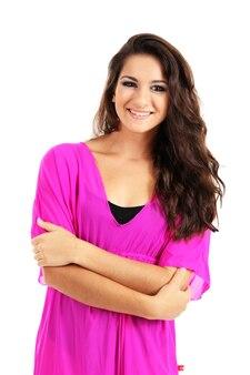 Belle jeune fille dans une robe rose sur un mur blanc