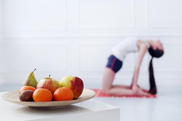 Belle jeune fille faisant du yoga