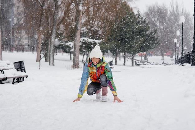 Belle jeune fille fait du jogging un jour givré et neigeux. sports, mode de vie sain