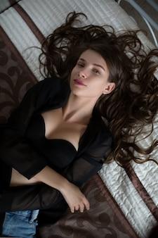 Belle jeune fille en lingerie sexy sur un lit
