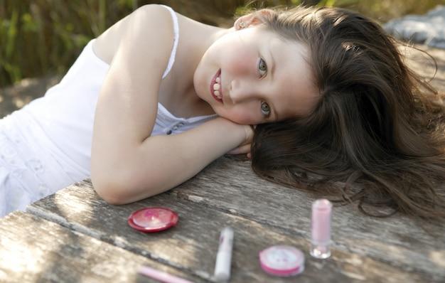 Belle jeune fille avec maquillage mis à l'extérieur