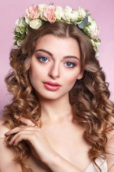Belle jeune fille avec un ornement floral i