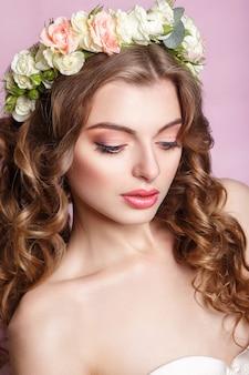 Belle jeune fille avec un ornement floral