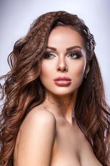 Belle jeune fille, peau propre et saine, maquillage et coiffure professionnels. portrait de beauté d'une femme.