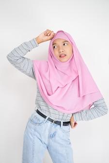 Belle jeune fille porte un hijab rose sur fond blanc