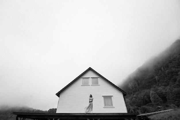 Belle jeune fille posant en plein air près de la maison