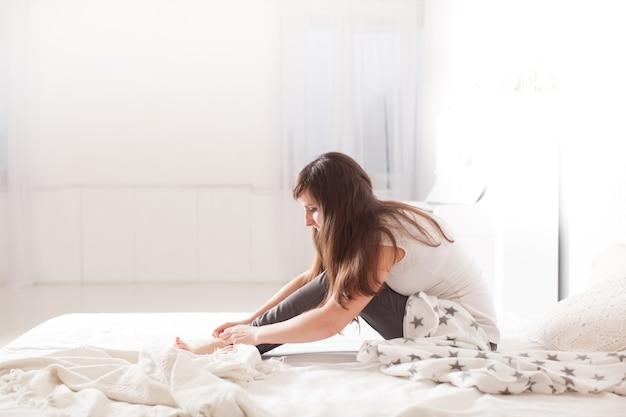 Belle jeune fille s'est réveillée le matin d'une journée ensoleillée