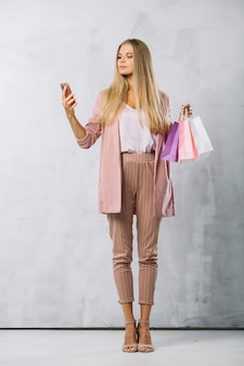 Belle jeune fille avec des sacs à provisions