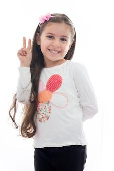 Belle jeune fille avec signe de la main de la victoire