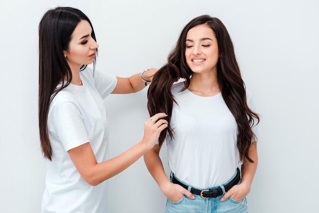 Belle jeune fille souriante coiffeur peigne de beaux cheveux