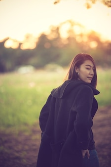 Belle jeune fille souriante dans son vêtement chaud d'hiver.