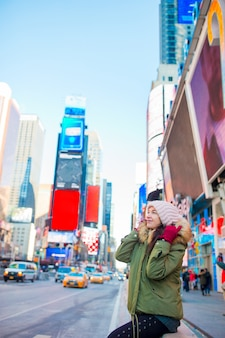 Belle jeune fille souriante heureuse sur manhattan, new york city, new york, usa.