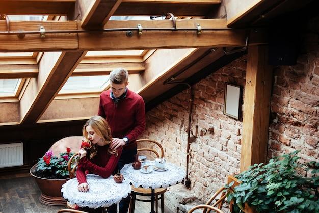 Belle jeune homme et une femme célèbrent la saint valentin