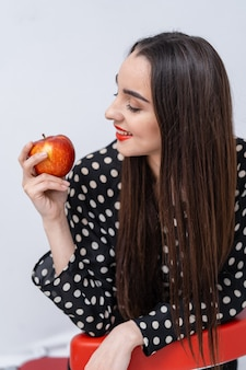 Belle jeune jolie femme, modèle, fille aux lèvres rouges. fille tenant une pomme, souriant. fermer