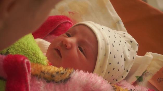 Belle jeune maman avec un nouveau-né dans ses bras
