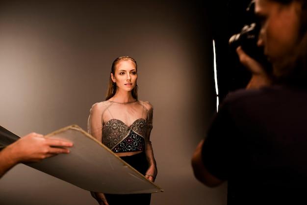 Belle jeune mannequin posant pour un shooting de mode