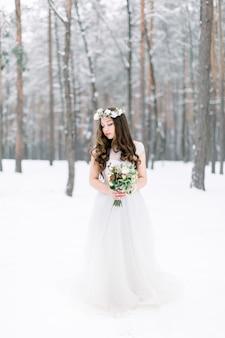 Belle Jeune Mariée Dans La Forêt Enneigée D'hiver Photo Premium
