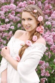 Belle jeune mariée dans le jardin