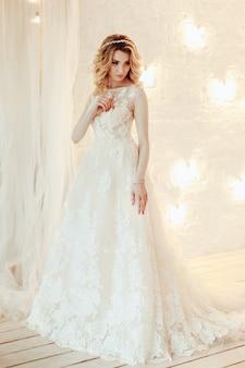 Belle jeune mariée dans une robe de mariée luxueuse