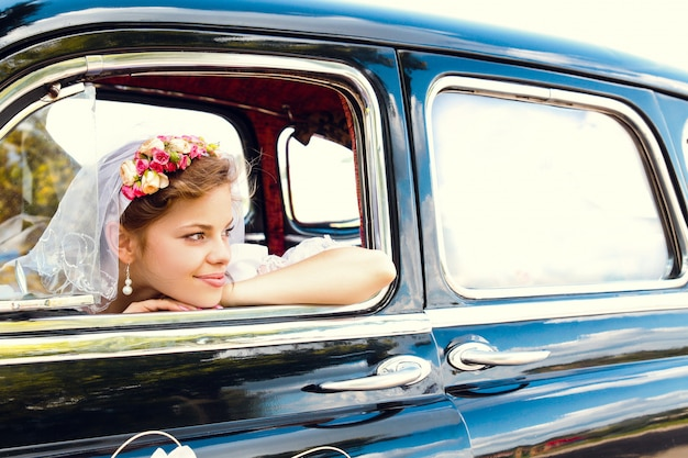 Belle jeune mariée heureuse